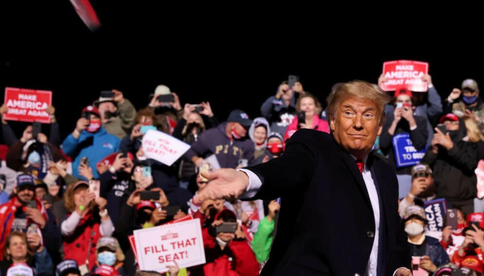TRUMP: Det er ingenting som tyder på at Donald Trump kommer til å erkjenne valgnederlaget. Her under et folkemøte i Johnstown, Pennsylvania, i oktober. Foto: REUTERS/Jonathan Ernst / NTB.