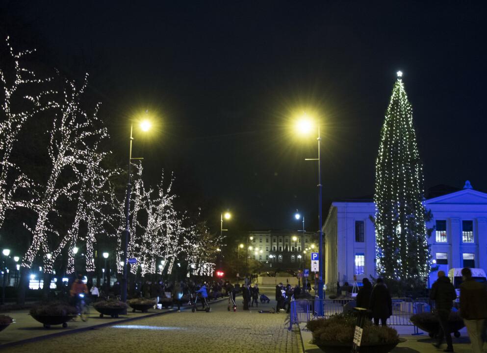FØRJUL 2020: Snøfritt og naken asfalt under julelysene på Oslos paradegate Karl Johan foran Slottet. Slik blir det også med stor sannsynlighet i jula. Foto: Erik Johansen, NTB.
