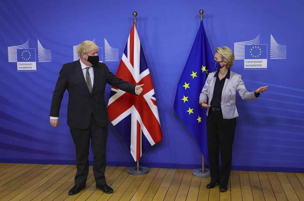 OMGÅ: Den britiske statsministeren, Boris Johnson, har forsøkt å gå bak ryggen på president Ursula von der Leyen i EU-kommisjonen. Nå har de to avtalt å fortsette forhandlingene på ubestemt tid fram til Storbritannia forlater tollunionen og det indre markedet ved årsskiftet. Foto: Aaron Chown / AP / NTB