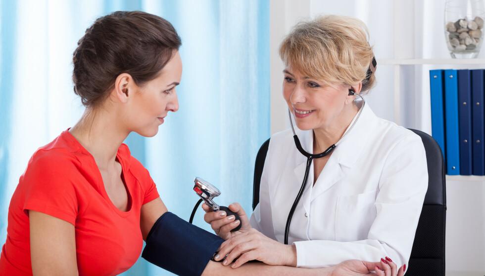 MÅLE BLODTRYKK: Det anbefales å sjekke blodtrykket én gang i året som godt voksen, eventuelt hyppigere etter at man fyller 50 år. Foto: NTB