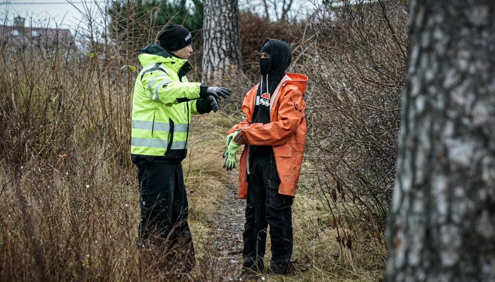 RYDDELAG: Abdi får arbeidsinstrukser fra Stig Morten Seierstad som jobber på Marita Stiftelsen. Han har også en fortid som kriminell, men jobber nå døgnet rundt for å hjelpe folk ut av det kriminelle livet. Foto: Øistein Norum Monsen/Dagbladet