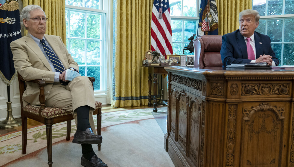 TETT PÅ TRUMP: Mitch McConnell og Donald Trump avbildet i det ovale kontor i Det hvite hus. Foto: Evan Vucci / AP / NTB