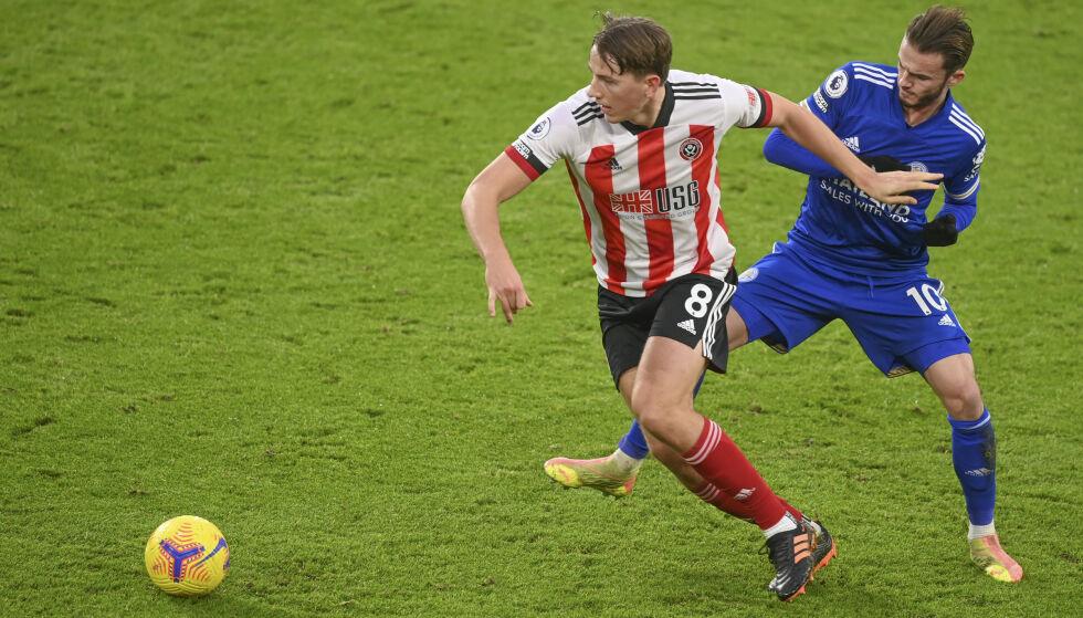 HAR IMPONERT: Sander Berge, her i duell med Leicesters James Maddison. Foto: Michael Regan/AP/NTB