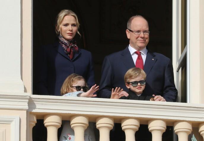 SAMLET: Her er Charlene avbildet sammen med prins Albert og deres to barn Jaques og Gabriella. Foto: Valery Hache / AP / NTB
