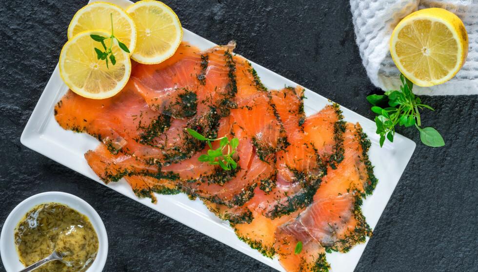 PÅ KOLDTBORDET: Gravlaks er selvskrevent på 17. maifrokosten. Illustrasjonsfoto: Shutterstock / NTB