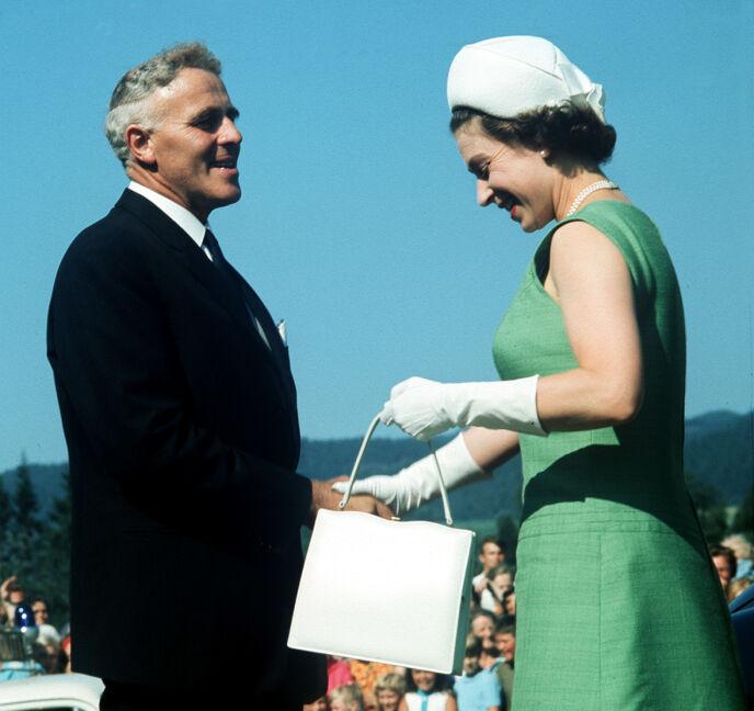 HVIT: Som regel er dronning Elizabeth å se med sorte vesker. Da hun besøkte Norge i 1969, falt valget imidlertid på en som var hvit. Her avbildet med den daværende statsministeren, Per Borten. Foto: NTB