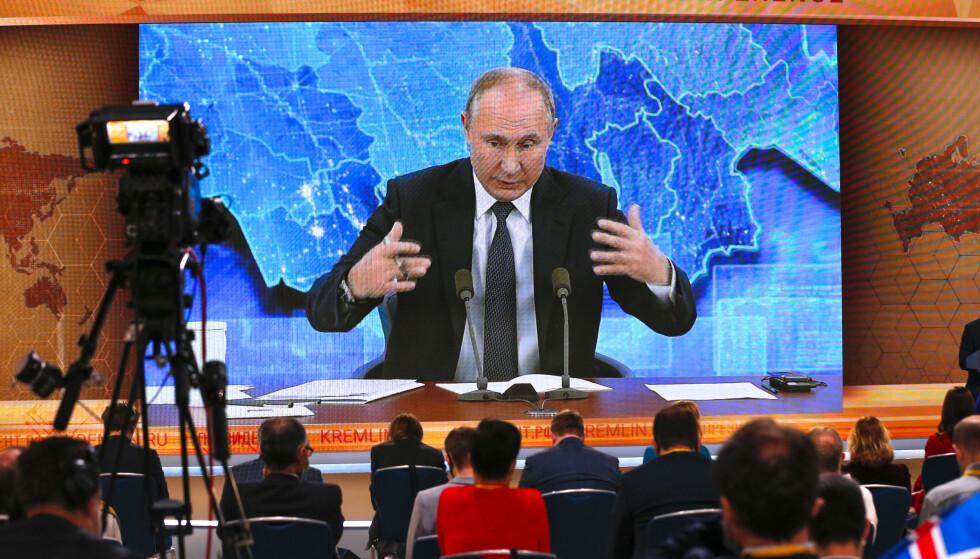 PÅ OFFENSIVEN: Vladimir Putin på sin årlige maraton-pressekonferanse torsdag. Foto: AP / NTB