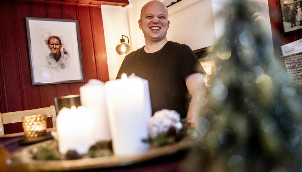 PEIS OG PRØYSEN: Kjøkkenet hjemme på Bjørby har vedfyrt peis og Alf Prøysen i glass og ramme på veggen. Trygve Slagsvold Vedum insisterer på at han er den samme privat som i offentligheten. Foto: Christian Roth Christensen / Dagbladet