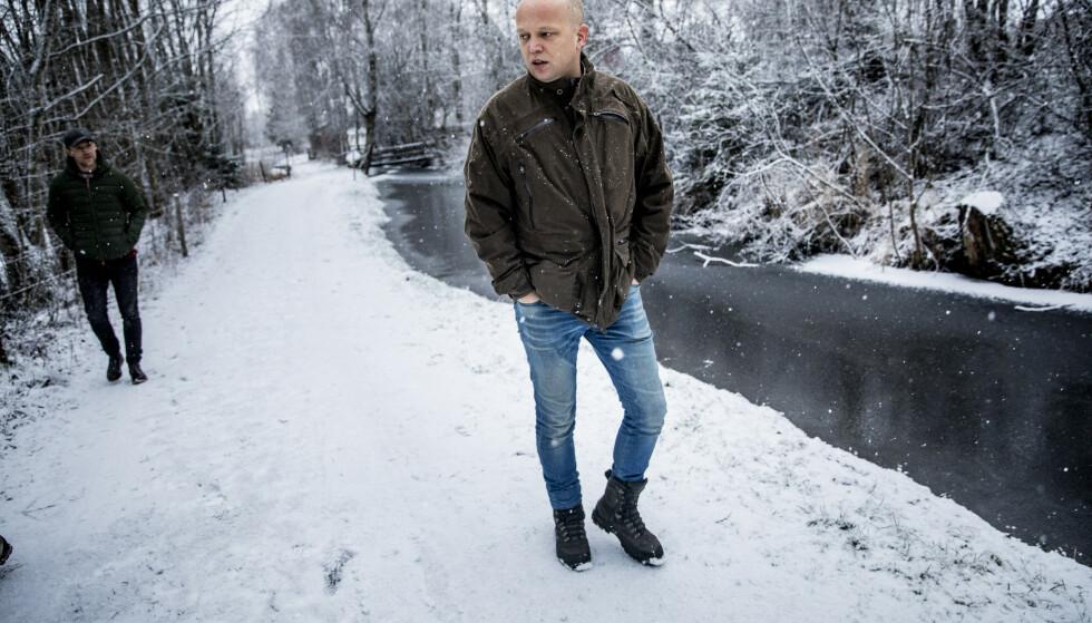 FEM SKRITT BAK: Trygve Slagsvold Vedum går til angrep på PR-strategier og og fokusgrupper, men hans egen presserådgiver Lars Vangen er sjelden mer enn fem skritt unna. Foto: Christian Roth Christensen / Dagbladet.