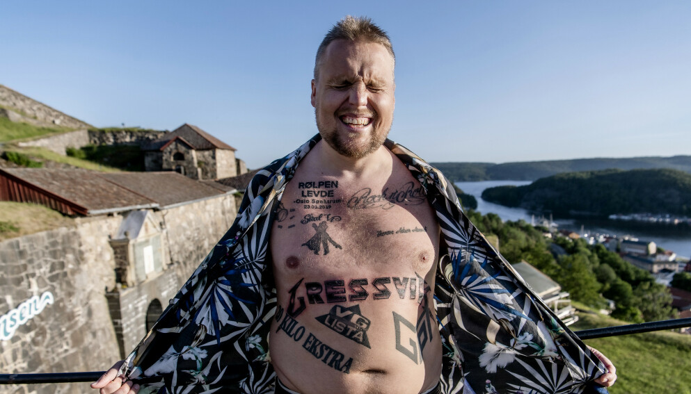 STAYSMAN: Stian Thorbjørnsen har smykket seg med et stort antall tatoveringer på overkroppen. Her fra Fredriksten festning i Halden, der artisten ledet «Allsang på grensen» med Kathrine Moholt. Foto: Lars Eivind Bones / Dagbladet