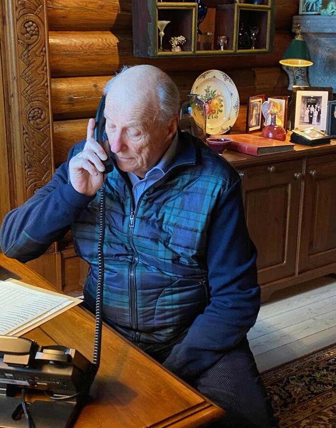 15. MARS: Kong Harald på telefonen mens han sitter i karantene etter statsbesøket til Jordan. Foto: Kongehuset / H.M Dronningen