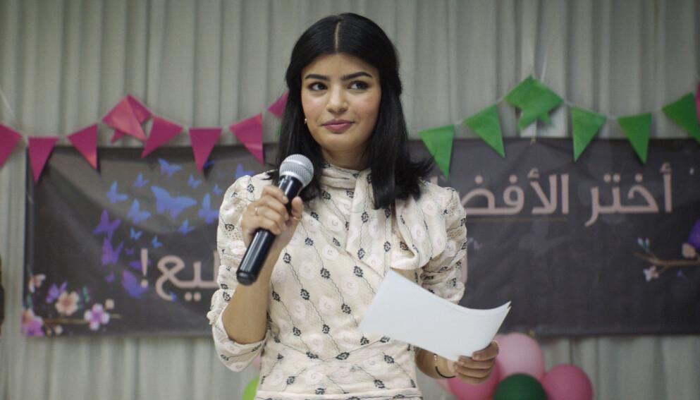 VALGKAMP: Den saudiarabiske legen Maryam (Mila Al Zahrani) på kombinert moteoppvisning og valgmøte der bare kvinner har adgang.