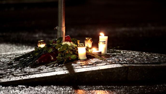 BLOMSTER OG LYS: Flere har lagt ned blomster og lys der den 13 år gamle gutten ble påkjørt torsdag kveld. Gutten døde på Ullevål sykehus fredag ettermiddag. Foto: Jil Yngland / NTB