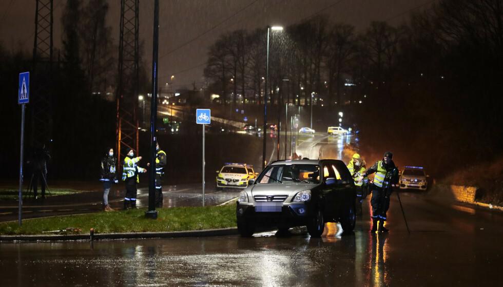 SPERRET AV: Nødetatene sperret av stedet torsdag kveld. Vitner har forklart at de så bilen komme i høy hastighet, så treffe gutten. Foto: Jil Yngland / NTB