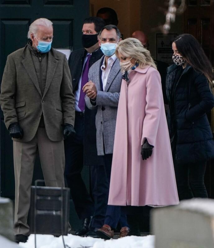 STØTE: Joe Biden hadde med seg kona Jill Biden, dattera Ashley Biden og ektemannen Howard Kerin. Foto: Joshua Roberts / AFP