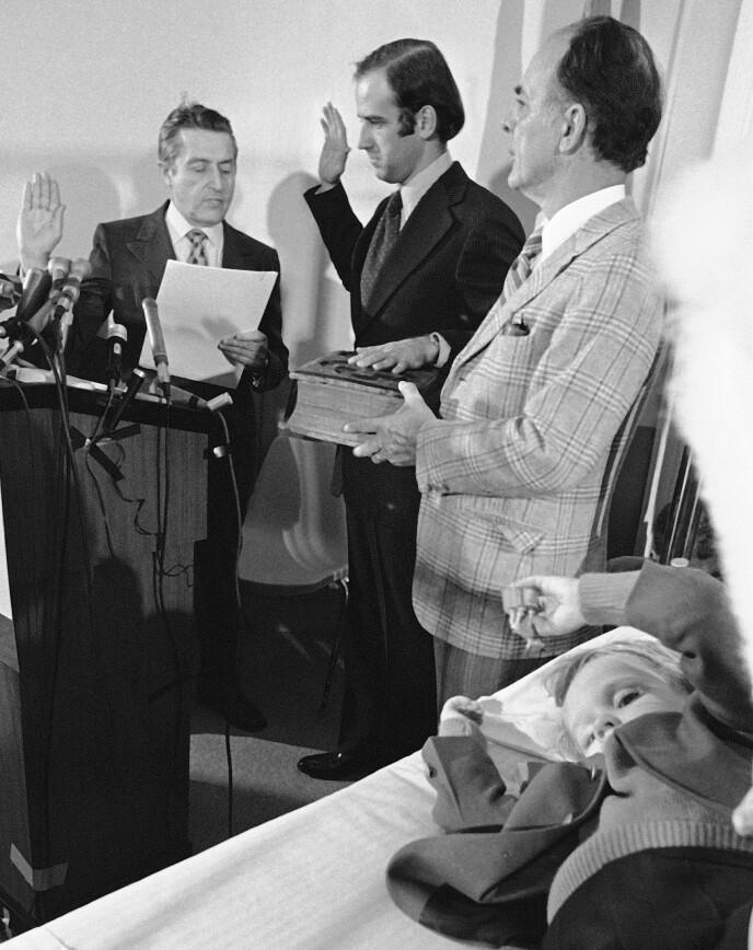 SVERGET INN: Den 5. januar 1973 ble Joe Biden sverget inn som senator - fra sykehuset. I senga ligger Beau, som ble skadd i ulykken som tok livet av moren og søstera hans. Foto: NTB Scanpix