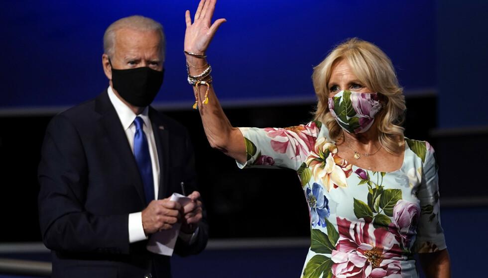 KLARE FOR DET HVITE HUS: Joe og Jill Biden avbildet etter den siste presidentdebatten i oktober. Siden den gang har Joe Biden blitt utropt som valgvinner og ekteparet skal flytte inn i presidentboligen i januar. Foto: AP / Julio Cortez / NTB