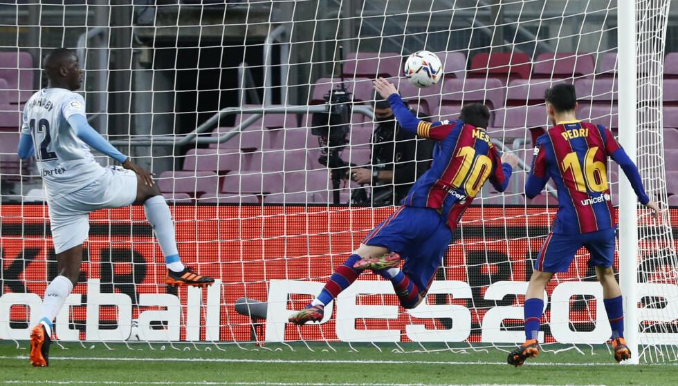 FANT VEIEN TIL NETTMASKENE: Messi scoret et sjeldent mål fra hodet. Foto: NTB