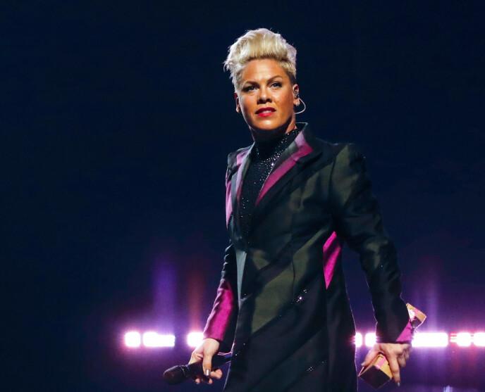 ULYKKESFUGL: Pinks ønske om å få julestemning gikk ikke helt etter planen. Her avbildet på scenen i Paris i fjor. Foto: Gael Colliguet / Shutterstock Editorial / NTB