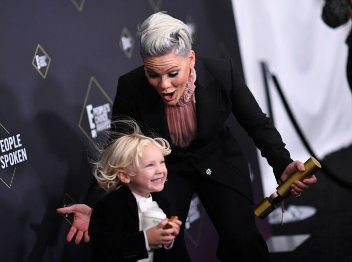VAR BEKYMRET: Pink har tidligere vært ærlig om at hun var redd da sønnen Jameson ble coronasmittet. Her er de to avbildet i fjor under E! People's Choice Awards. Foto: Valerie Macon / AFP / NTB