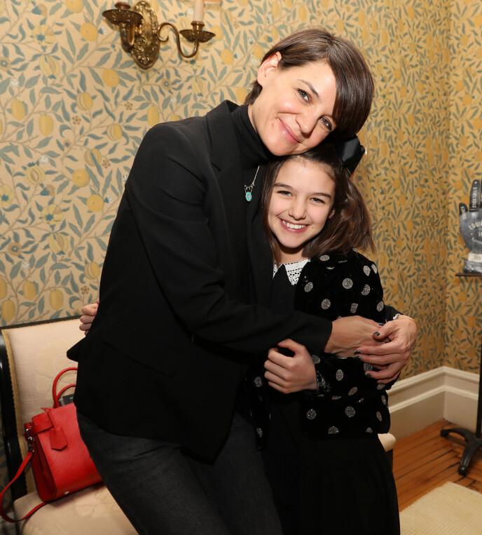 MOR OG DATTER: Her er Katie Holmes avbildet med dattera Suri Cruise i 2018. Foto: Kristina Bumphrey / Starpix / REX / NTB