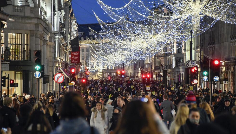 Regent Street: Det var også mange mennesker på gata lørdag kveld.  Her fra Regent Street.  Foto: AP Photo / Alberto Pezzali / NTB