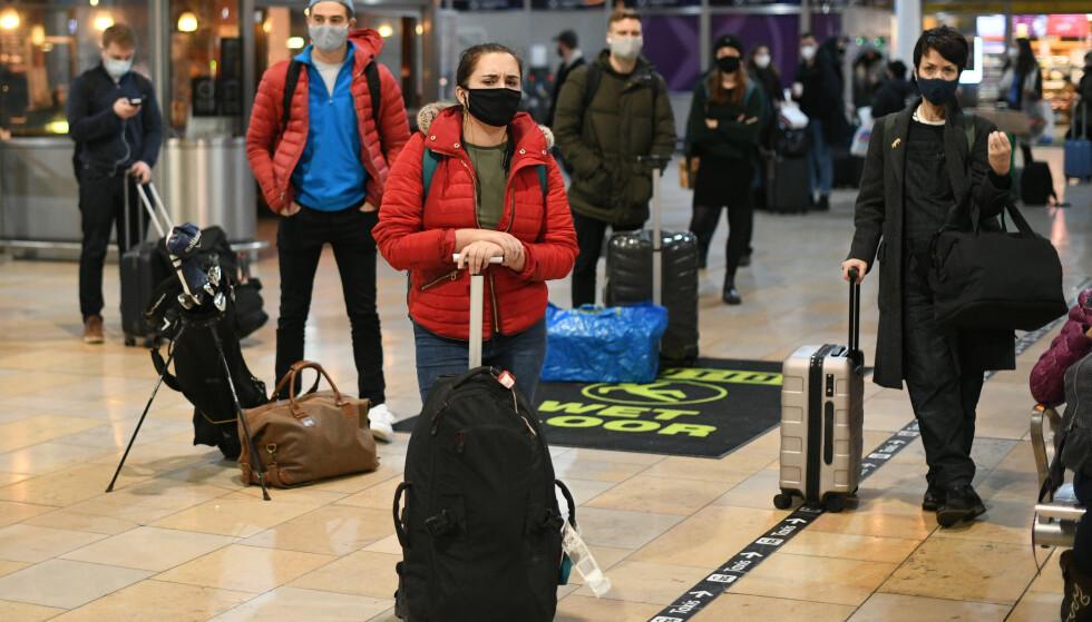 Venter: Passasjerer venter på Paddington Station i London.  Foto: Stephen Rousseau / PA / NTB