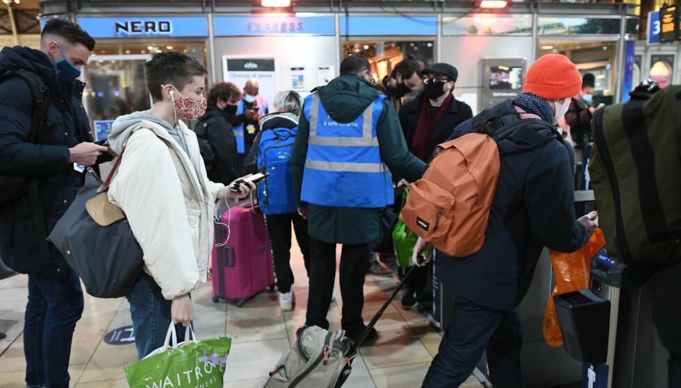 Paddington Station: Passasjerer går gjennom stasjonen for å ta tog etter kunngjøringen lørdag kveld.  Foto: Stephen Rousseau / PA / NTB