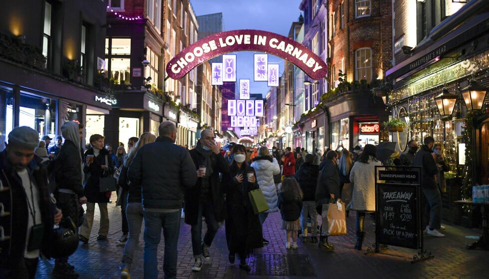 Shopping: Det ser også ut til at det vil være mange mennesker på Carnaby Street lørdag kveld.  Foto: AP Photo / Alberto Pezzali