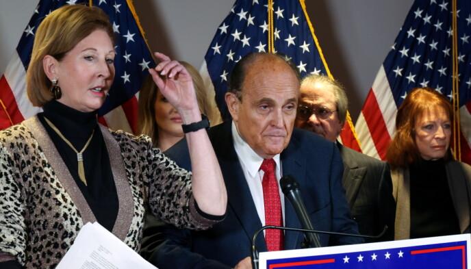 VAR TILSTEDE: Sidney Powell og Rudy Giuliani, her avbildet under en pressekonferanse 19. november. Foto: REUTERS/Jonathan Ernst