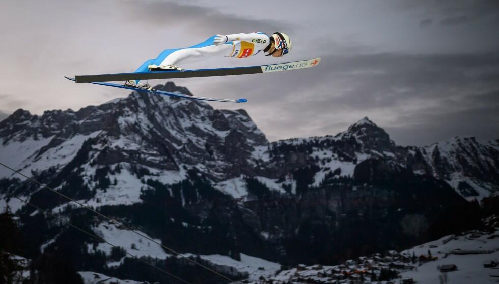 FOTOKUNST: Så vakkert kan skihopping være. Halvor Egner Granerud svever over Engelberg i Sveits. Foto: NTB
