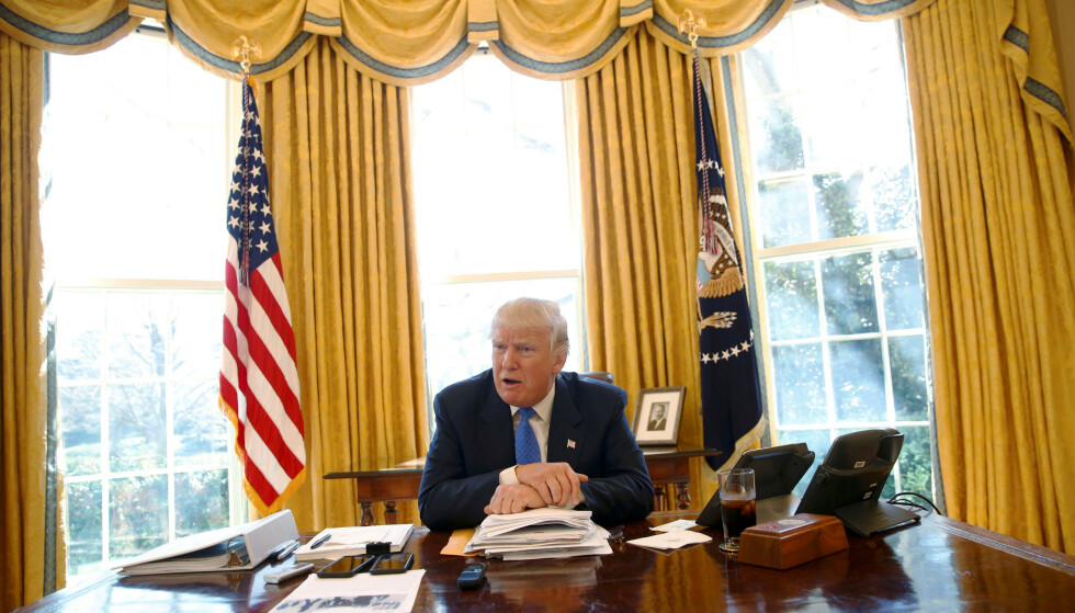 DET OVALE KONTOR: President Donald Trump avbildet i sitt kontor i Det hvite hus i 2017. Foto: REUTERS/Jonathan Ernst