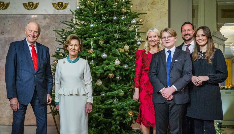 ÉN METER: Kongefamilien hilser det norske folk god jul, med én meter mellom seg. Foto: Håkon Mosvold Larsen / NTB