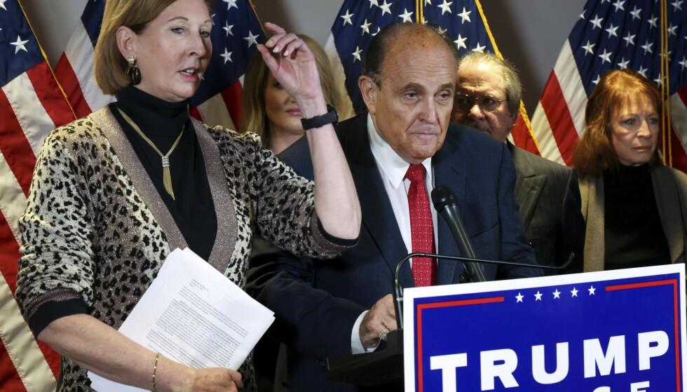 TEAM: Den kontroversielle advokaten Sidney Powell og Trumps personlige advokat, Rudy Giuliani på en pressekonferanse hvor de kom med voldsomme anklager om valgfusk uten dokumentasjon. Foto: REUTERS/Jonathan Ernst