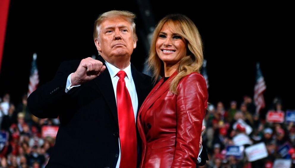PÅ VEI UT: Donald Trump og førstedame Melania Trump har ikke lenge igjen i Det hvite hus. På Twitter gjøres det klart for overgangen til Biden-administrasjonen. Foto: Andrew Caballero-Reynolds / AFP / NTB