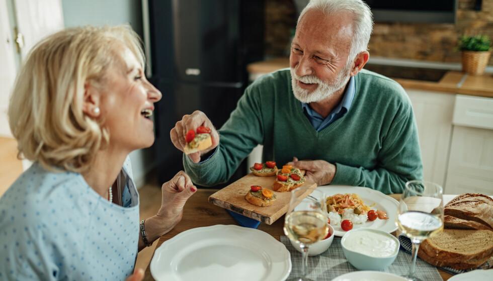 SPISEVENN: Det betyr mye at det kommer noen og setter seg ned og deler måltidet med en. En spisevenn. Regjeringen vil derfor styrke frivillige organisasjoner som setter eldre i kontakt med mennesker de kan dele måltider med, skriver matministeren. Foto: Shutterstock/NTB