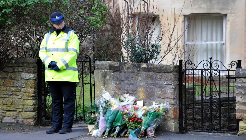 I SORG: Flere sørgende hadde lagt ned blomster utenfor leilighetskomplekset der drapsofferet Joanna Yeates og kjæresten Greg Reardon bodde i Clifton i England. Foto: NTB