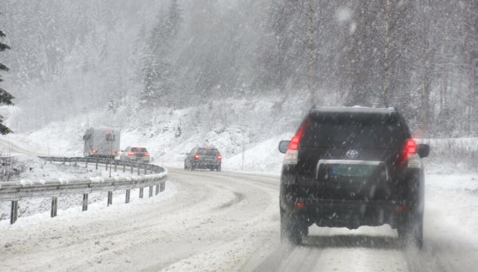 ETNEDAL  20131103. Snvr og vinterfre p Rv 33 i Etnedal i Oppland sndag.    Glatte veier. Foto: Paul Kleiven / NTB