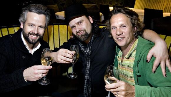 OSLO, 2009: Ari Behn sammen med kompisene Per Heimly (i midten) og Espen Eiborg skåler i champagne. Foto: Henning Lillegård / Dagbladet