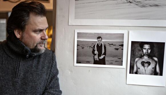 UNGE MENN: Per Heimly har to svart/hvitt-bilder av Ari og seg selv i sitt studio i Oslo. - Bildene er tatt tidlig på 90-tallet, sier Heimly. Foto: Anders Grønneberg