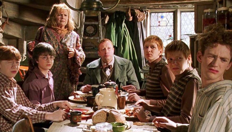 WEASLEY-FAMILIEN: I den andre filmen besøker Harry Potter Weasley-familiens hjem. Til høyre er Chris Rankin, som spiller Percy Weasley. Foto: Warner Bros/SF Studios/NTB