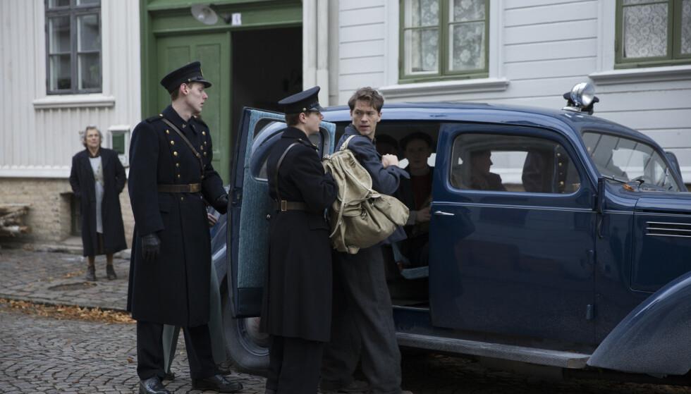 ALT FOR HITLER: Charles Braude, i Jakob Oftebros skikkelse, arresteres av norske politifolk 26. oktober 1942. Foto: Karl Erik Brøndbo/Fantefilm