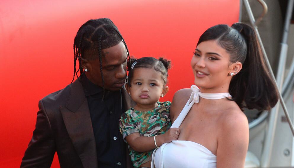 SJELDENT INNBLIKK: Realitystjernen Kylie Jenner har kastet seg på den nyligste trenden i sosiale medier, og i den anledning fikk fansen servert private og usette bilder på Instagram. Her avbildet med Travis Scott og datteren Stormi Webster. Foto: Splash News / NTB