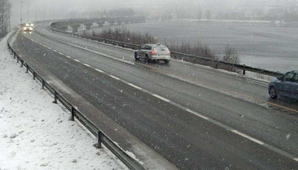 Glatt: Innlandet politidistrikt rapporterte om flere ulykker og kjøresituasjoner mandag.  Her fra E6 på Lillehammer.  Foto: Statens Wegwesen Webkamera