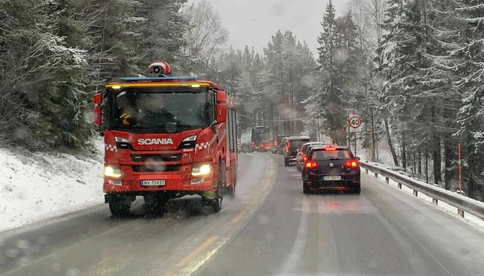 Alvorlig: Frontlinjen mellom de to bilene i Mehia mellom Kongsberg og Notoden vil føre til lange køer på mandag.  To personer ble fanget, men ble løslatt og kjørt til Ullewal sykehus.  Foto: Bjørn Carlsen / DAGBLADET