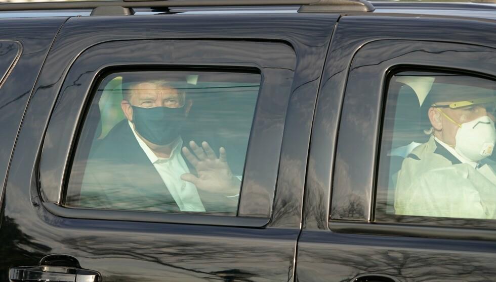 SEG SELV NOK: Donald Trump, corona-syk og smittefarlig, tvinger sjåfør og sikkerhetsvakter ut på tur. Foto: AFP / NTB