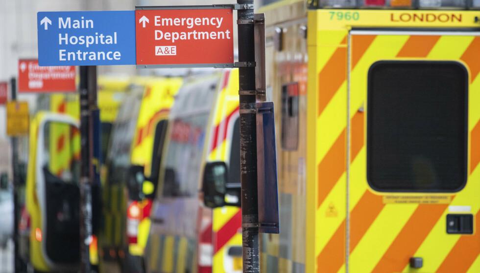 Ambulanser står i kø utenfor Royal London Hospital tirsdag. Foto: Dominic Lipinski/PA via AP / NTB