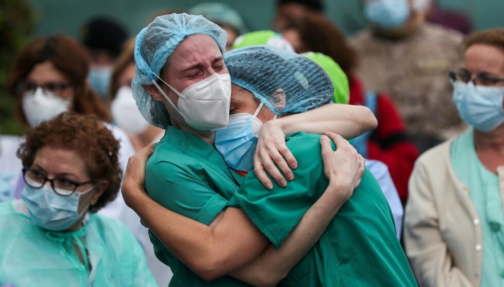UTSATT: Helsepersonell sørger på Severo Ochoa-sykehuset i Spania sørger etter å ha mistet en kollega til Covid-19 i april 2020. Tusenvis av helsepersonell døde av coronaviruset i løpet av pandemiens første år. Foto: Susana Vera / Reuters / NTB