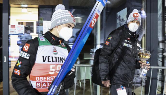 GOD START: Marius Lindvik startet Hoppuka strålende i Oberstdorf med tredjeplass. Samtidig begynte tannsmertene å melde seg. Her sammen med trener Alexander Stöckl i Schattenbergbakken. Foto: Geir Olsen / NTB