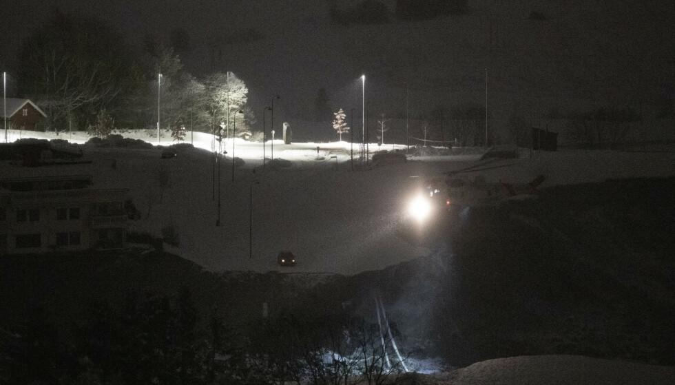 Nøkkelsøk: Politiet sier at det var forskjellig vær om natten. Et Sea King-helikopter søker imidlertid stadig etter savnede fra luften. Foto: Derje Pentixby / NDP